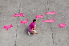 Ivana Mrčela - IT IS TIME TO SET THEM FREE;  prostorna instalacija, mdf ploča, akril, tuš, 200x500cm, 2020.